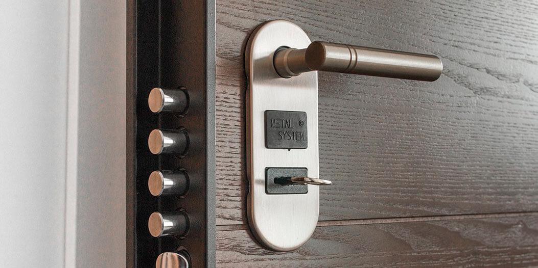 como instalar cerrojo fac en puerta blindada